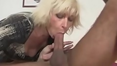hot mom seduces worker visit -xtube5.com